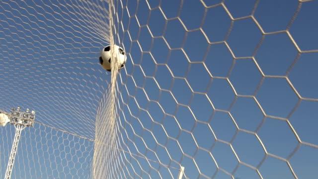 vídeos de stock e filmes b-roll de goal with sunlight and sky background (slow motion) - campeão soccer football azul