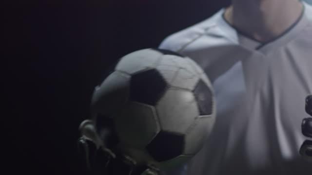 goalie giocoliere pallone da calcio - guanto indumento sportivo protettivo video stock e b–roll