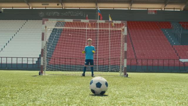 vídeos de stock e filmes b-roll de goalie missing ball in youth match - criança perdida