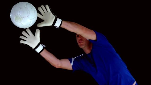 torwart-jumping und saving the ball - strafstoß oder strafwurf stock-videos und b-roll-filmmaterial