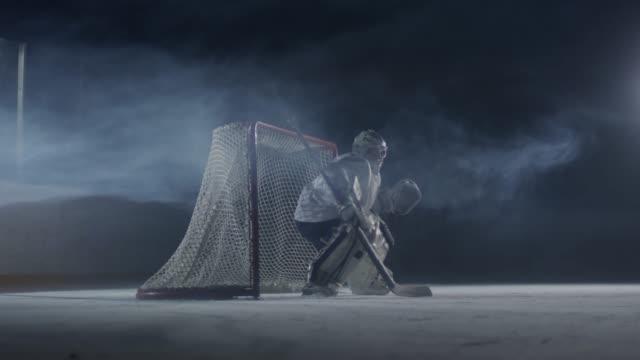 vidéos et rushes de gardien stoppant la rondelle de l'entrée de filet - hockey sur glace