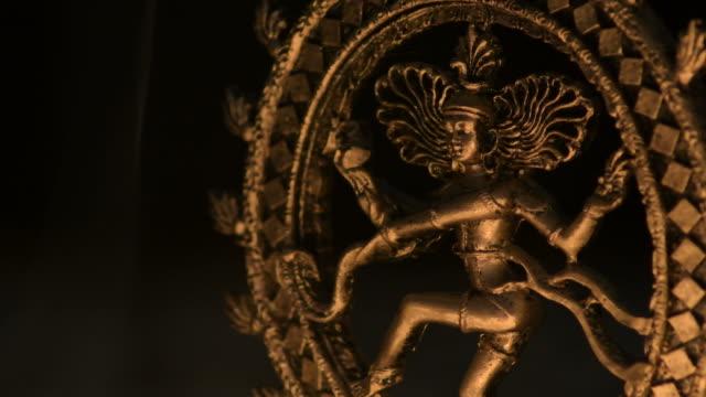 gudinnan av buddhismen shiva upplyst med levande ljus - india statue bildbanksvideor och videomaterial från bakom kulisserna