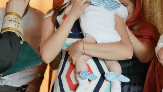 vidéos et rushes de marraine avec la grimm se croisent pendant le rituel du baptême des enfants - baptême