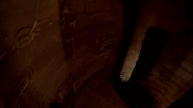 在古城堡的樓梯上往下走2 - 石材 個影片檔及 b 捲影像
