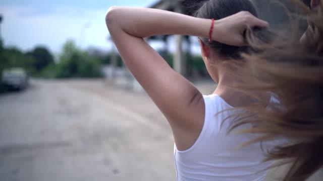 stockvideo's en b-roll-footage met ga voor een run - paardenstaart haar naar achteren