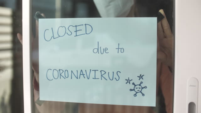 going out of business sign, store closing due to the covid-19 virus - chiuso video stock e b–roll