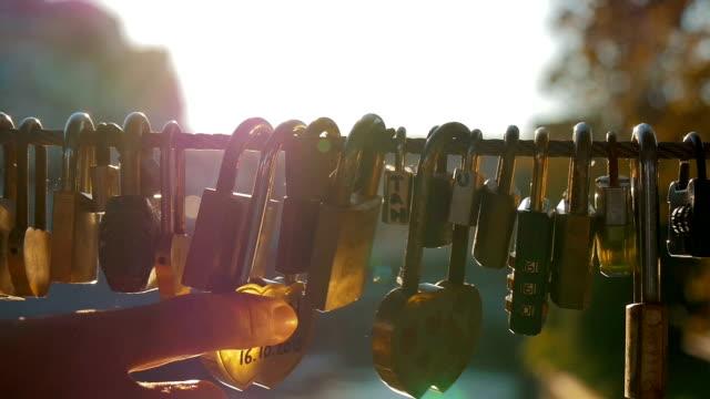 vídeos y material grabado en eventos de stock de va trugh bloqueos una así llamada love bridge - moda de otoño