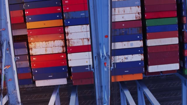 Going Upside Down Over Container Ship - vídeo
