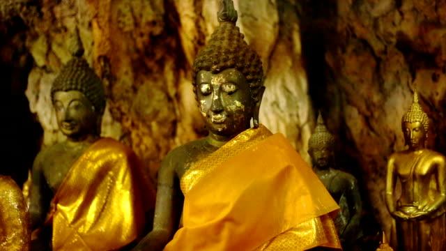 guld buddha statyer på tiger cave temple wat tham sua, kanchanaburi, tha - ancient white background bildbanksvideor och videomaterial från bakom kulisserna
