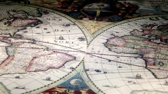 vídeos de stock e filmes b-roll de bússola de ouro e mapas antigos, vela, grande plano - cartografia