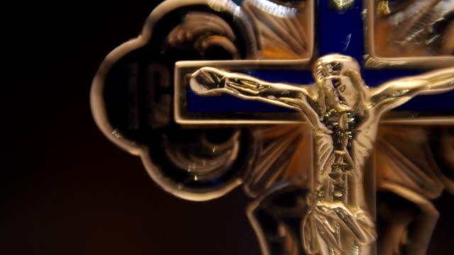 gold cross with jesus christ - krucifix bildbanksvideor och videomaterial från bakom kulisserna