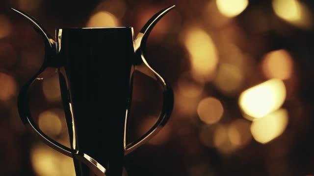 vídeos de stock, filmes e b-roll de filmagens de estúdio copa ouro - troféu