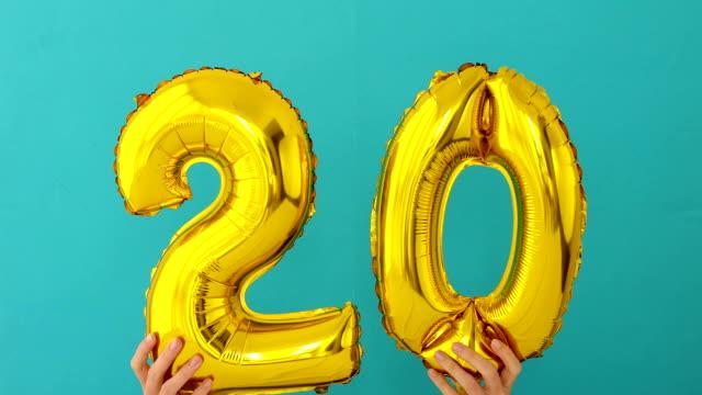 vídeos de stock e filmes b-roll de gold foil number 20 celebration balloon - aniversário especial