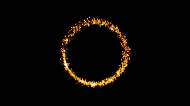 siyah arka plan üzerinde parlayan parçacıkların altın ışıltılı yıldız toz daire. 4k video - kıvılcım stok videoları ve detay görüntü çekimi