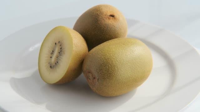 guld kiwifruit i rotation - kiwifrukt bildbanksvideor och videomaterial från bakom kulisserna