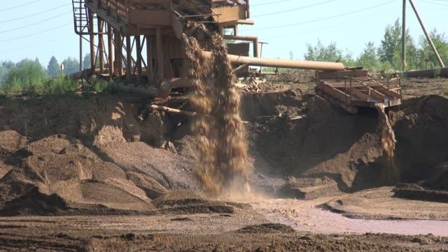 vídeos y material grabado en eventos de stock de minería del oro. separador de dragado en el río - mineral