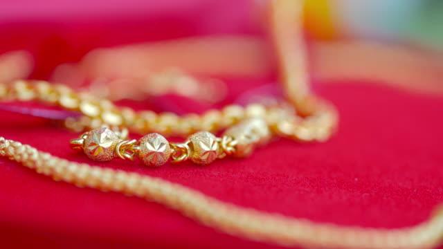 stockvideo's en b-roll-footage met goud op de rode doos - halsketting