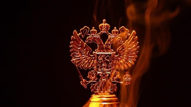 vídeos de stock, filmes e b-roll de imagens de hd de ouro russa brasão fumaça - insígnia
