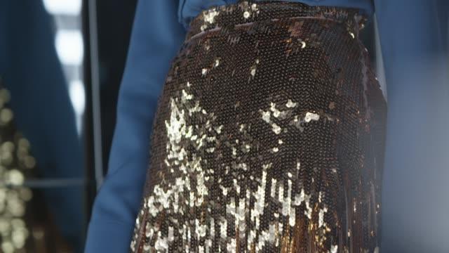 ゴールドの光沢のあるスパンコールが輝くスカート - 都会的ファッション点の映像素材/bロール