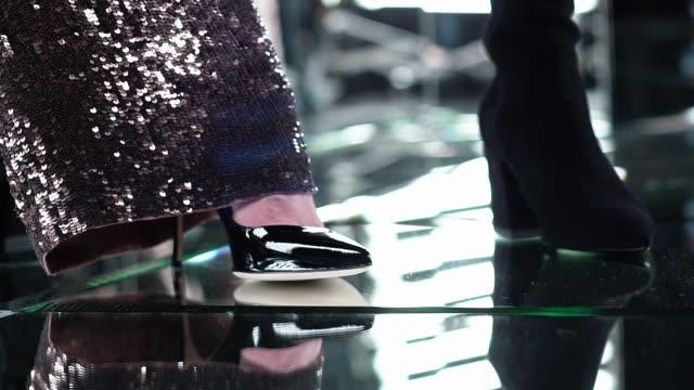 골드 반짝 sequins 반짝이 바지 - black friday 스톡 비디오 및 b-롤 화면