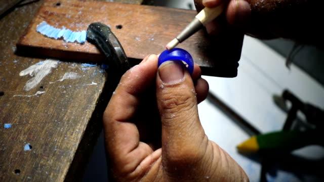 золотой кузнец делает восковую форму кольца, ювелирные изделия решений очистки воска модели. - браслет стоковые видео и кадры b-roll