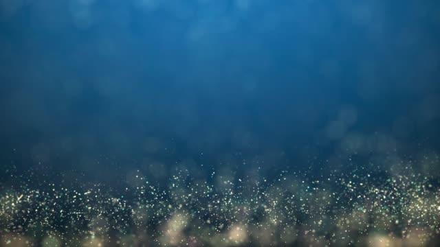stockvideo's en b-roll-footage met gouden en zilveren xmas lichten op blauwe achtergrond voor vrolijk kerstfeest of seizoen groeten bericht, lichte decoratie. elegante vakantie seizoen sociale post digitale kaart. type ruimte voor tekst of logo kopiëren - christmas decoration