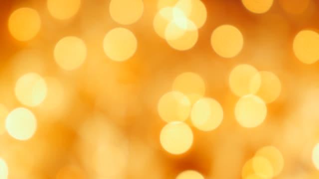 noel şenlikli dekorasyon 4k için altın arka plan nokta ışıkları - bling bling stok videoları ve detay görüntü çekimi