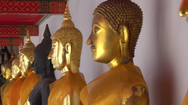 vídeos de stock, filmes e b-roll de buda dourado, wat pho em bangkok, tailândia - perspectiva espacial
