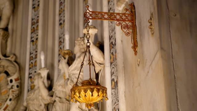 シチリア島パレルモの大聖堂の内部の黄金のキャンドル ホルダー - モンレアーレ点の映像素材/bロール