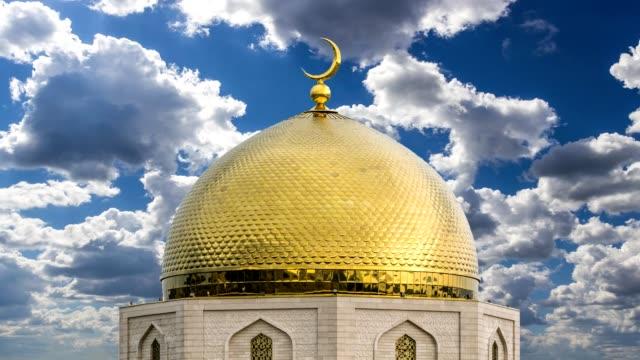 золотой купол мечети - полумесяц форма предмета стоковые видео и кадры b-roll