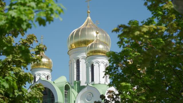 goldene kuppeln der christlichen kirche im sonnenlicht gegen blauen klaren himmel sonnigen tag - religiöses symbol stock-videos und b-roll-filmmaterial
