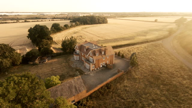 vídeos de stock e filmes b-roll de golden fields - isolated house, exterior