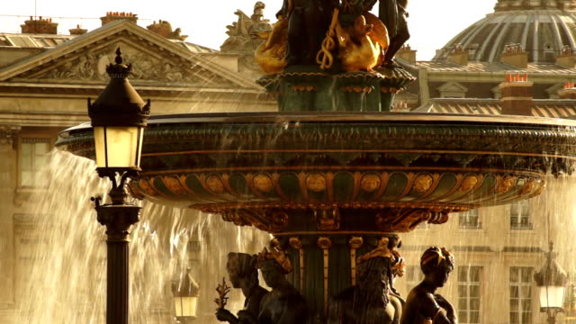 golden fountain in the place du concorde, paris,france - fontana struttura costruita dall'uomo video stock e b–roll