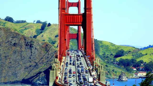 vídeos de stock e filmes b-roll de golden gate bridge - estrada 001