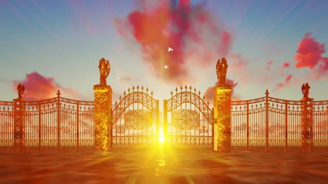 vidéos et rushes de portes dorées du ciel s'ouvrant contre le coucher du soleil magique et les colombes blanches volantes - paradisiaque