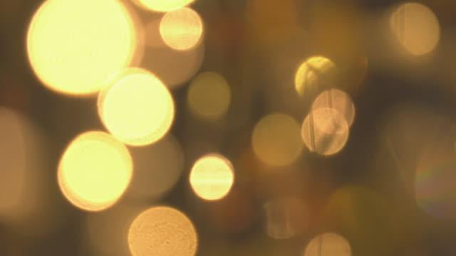 colpo di panning bokeh glitter d'oro - effetto luminoso video stock e b–roll