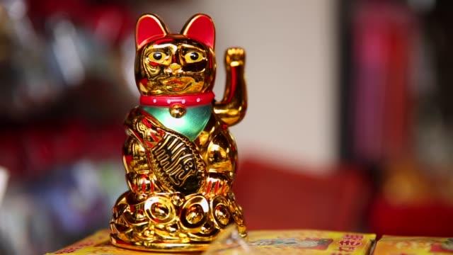 vídeos y material grabado en eventos de stock de golden japanese lucky cat - prosperidad