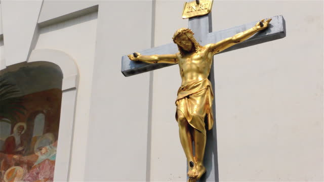 vídeos de stock e filmes b-roll de golden jesus christ on the cross – small church, crucifix - crucifixo