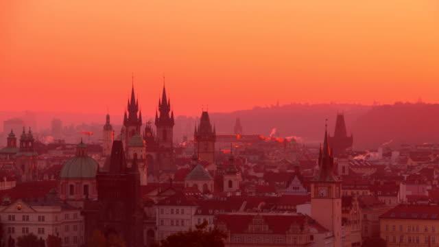 vidéos et rushes de golden matin sur les toits de la ville de prague. time-lapse - prague