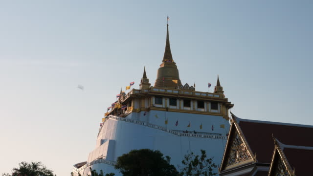 golden mountain temple (wat sraket rajavaravihara) in the evening, bangkok, thailand - wat video stock e b–roll