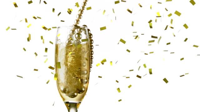 goldene halskette fällt in einem champagnerglas - bling bling stock-videos und b-roll-filmmaterial