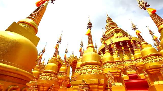 golden-pagode in wat-sawangboon tempel - gold waschen stock-videos und b-roll-filmmaterial