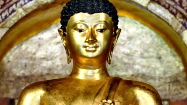 golden pagoda, kutsal ve eski stupa budizm tapınağı (hyperlapse) - stupa stok videoları ve detay görüntü çekimi