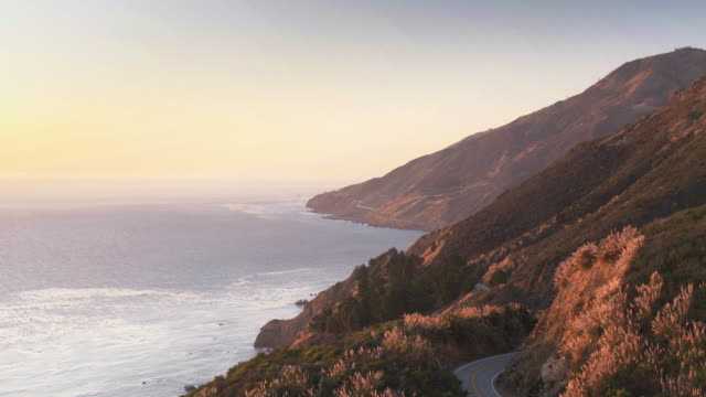 vídeos de stock e filmes b-roll de golden sunset in big sur, california - aerial view - montanha costeira