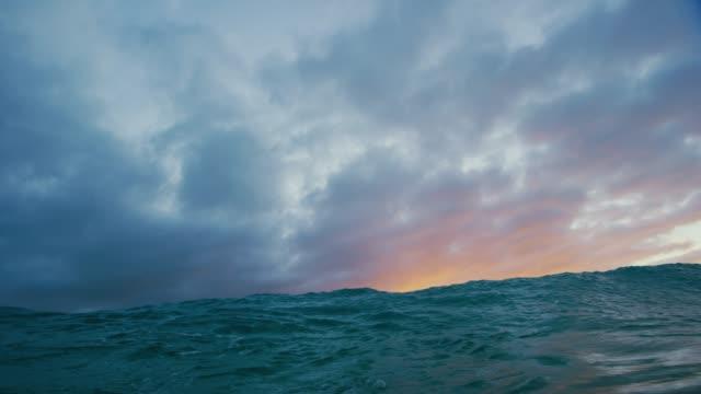vídeos de stock e filmes b-roll de golden sunset ocean light - oceano pacífico