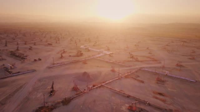 Golden Sunset Over Central Valley Oil Field - Drone Shot видео