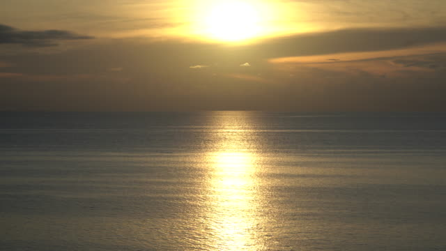 golden sunset over the sea in the caribbean - спокойная вода стоковые видео и кадры b-roll