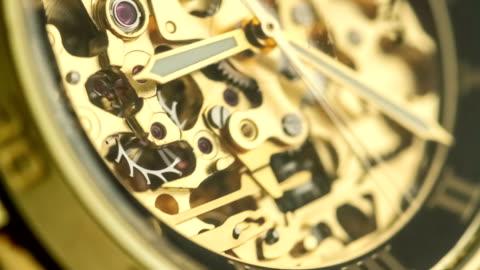 gyllene klocka mekanism arbetar - dag bildbanksvideor och videomaterial från bakom kulisserna