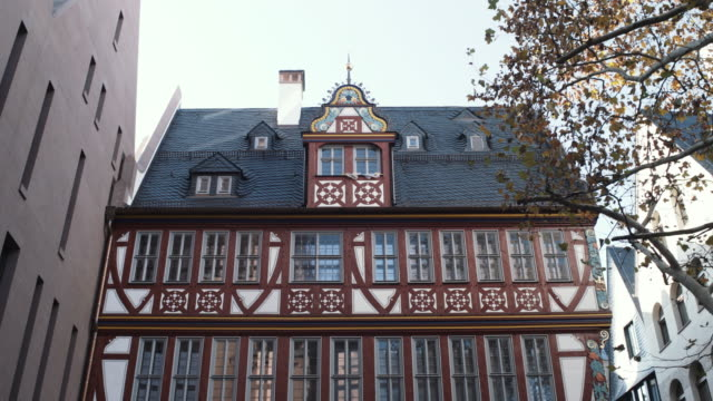 goldenen waage house facade in old town frankfurt - tilt down stock videos & royalty-free footage