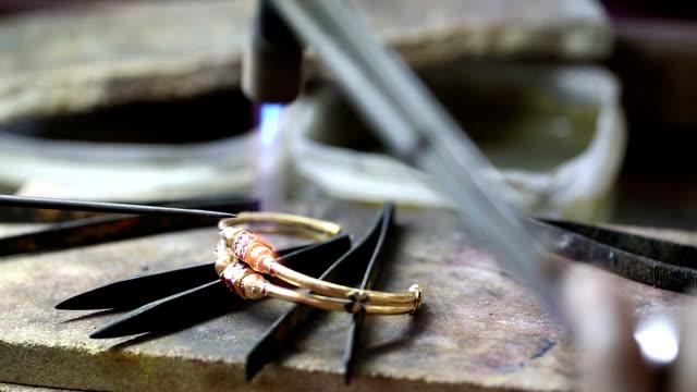 goldsmith ювелир украшая gold - браслет стоковые видео и кадры b-roll